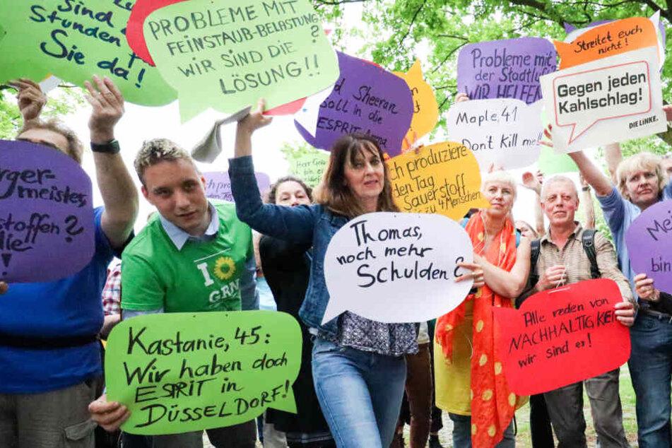 Mit Plakaten protestierten die wenigen Teilnehmer gegen die geplanten Baumfällungen.
