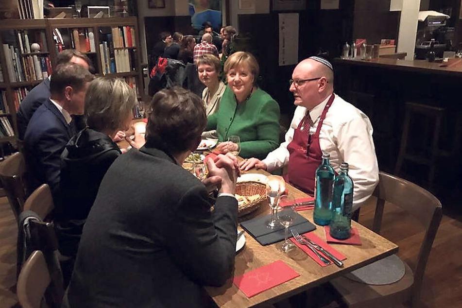 Am Tisch mit der Kanzlerin: Ganz zwanglos saßen Gaststätteninhaber Uwe Dziuballa (53), Oberbürgermeisterin Barbara Ludwig (57) und Ministerpräsident Michael Kretschmer (43) mit Angela Merkel (64) zusammen.