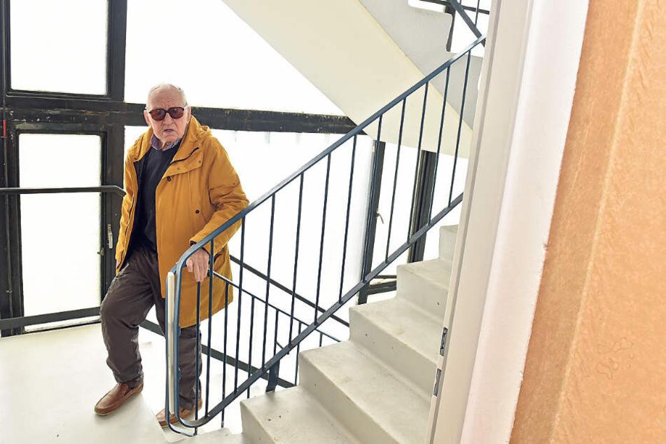 Rentner Heinz Wenzel muss sich mit seinen 88 Jahren zu Fuß bis in die 8. Etage zu seiner Wohnung schleppen.