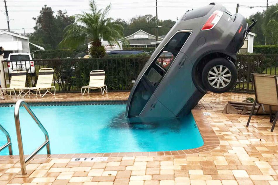 """Ungewöhnlicher Unfall: SUV """"badet"""" in Pool!"""