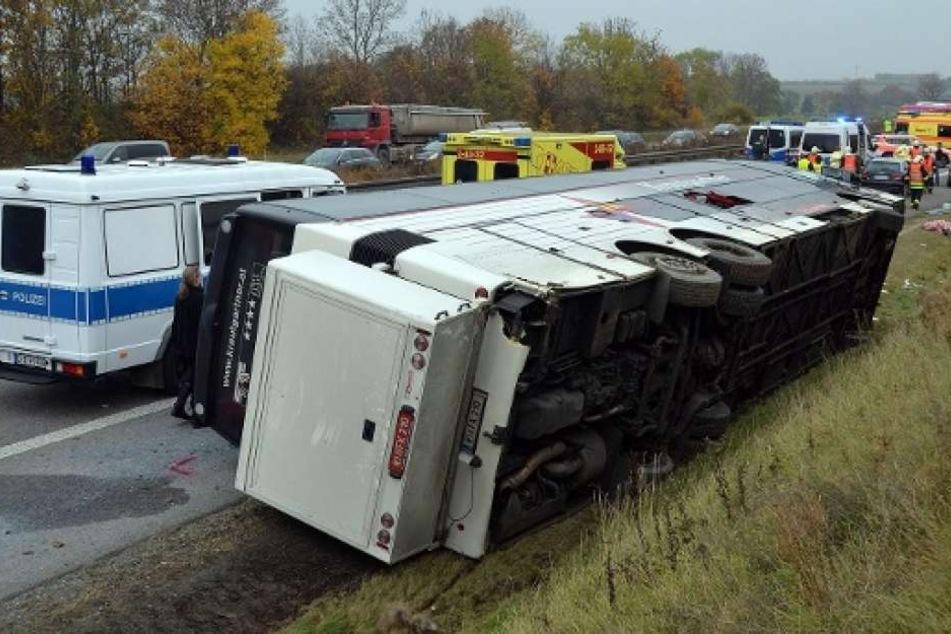 Ausflugsbus kippt bei Unfall um: 25 Verletzte
