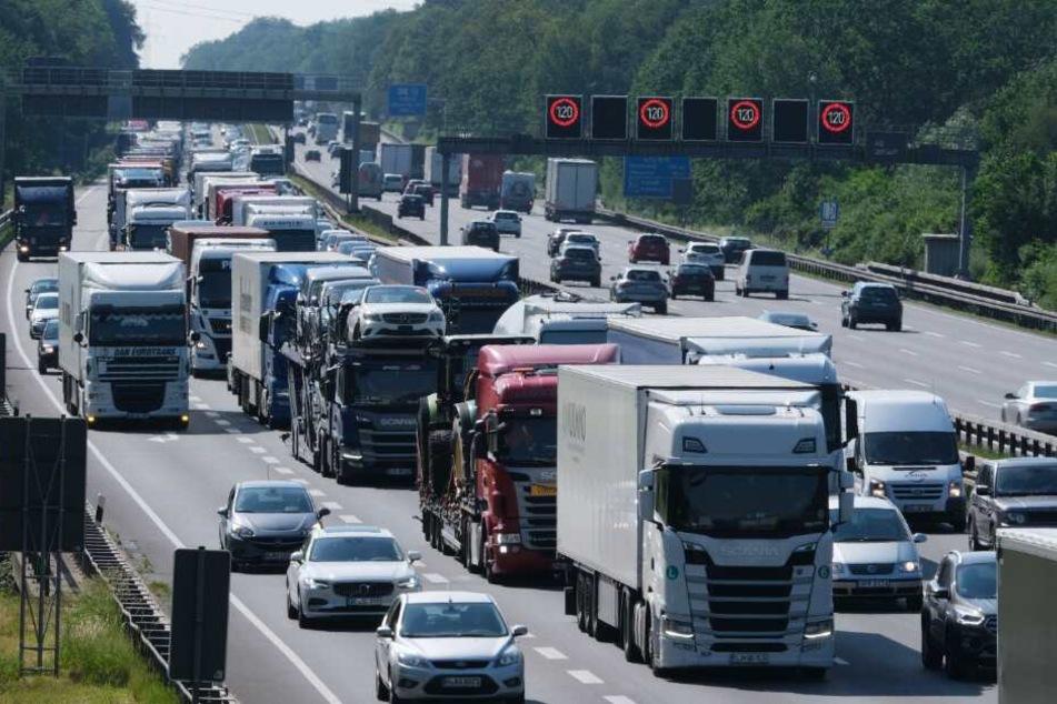 Auf der A2 mussten die Autofahrer viel Geduld mitbringen. (Symbolbild)