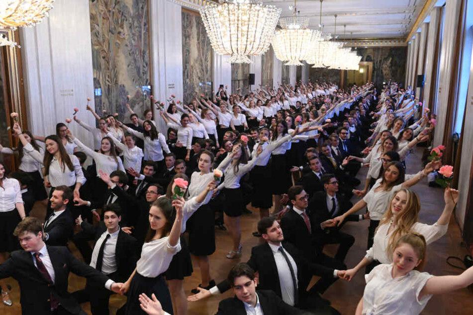 144 Paare treten beim Wiener Opernball auf.