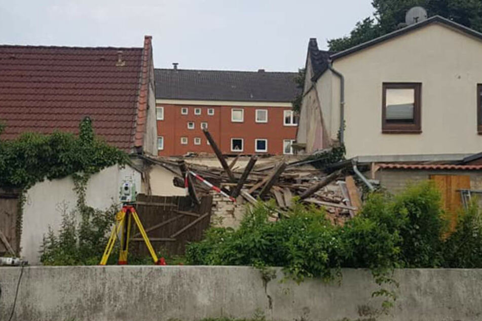 Das Haus in der Mitte wurde abgerissen - eine Gefährdung für die Nachbarn.