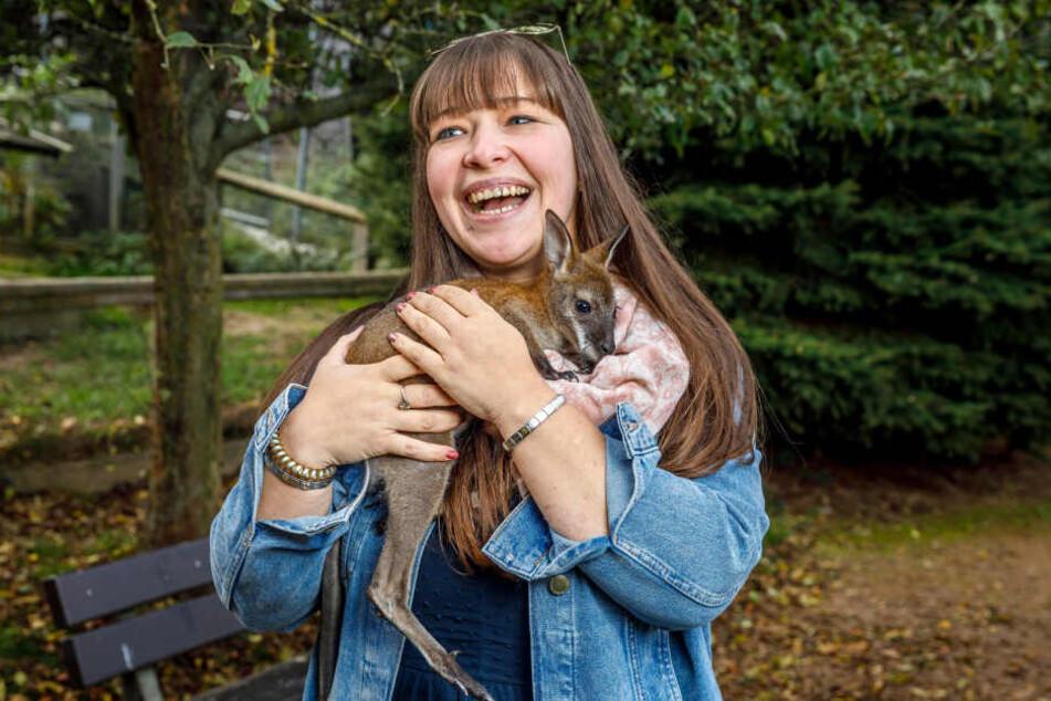 Mit TAG24-Redakteurin Caroline Staude ging die kleine Känguru-Dame auf Kuschelkurs.