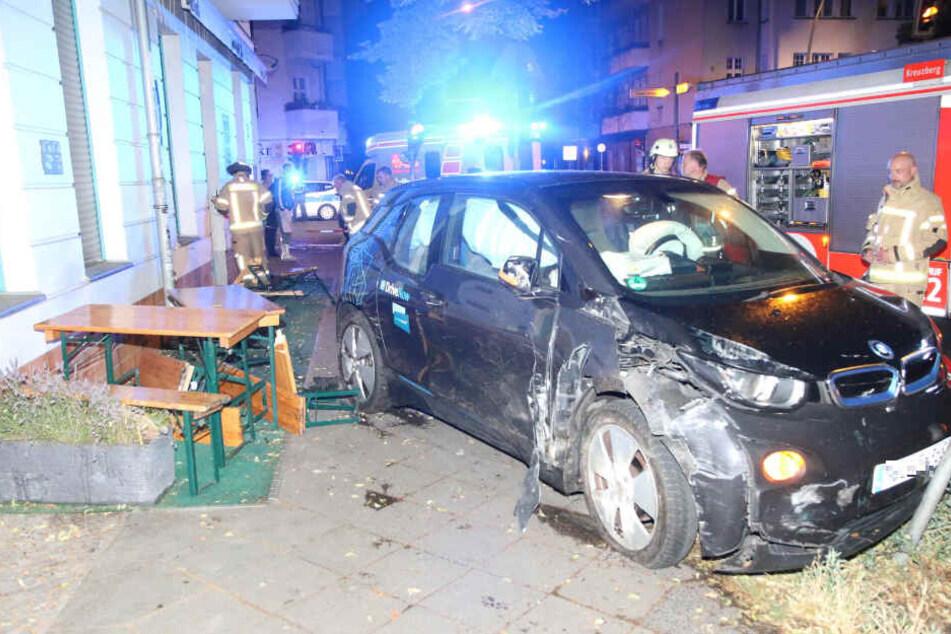Ein Betrunkener raste mit einem Carsharing-Auto in die Außen-Fassade einer Berliner Kneipe.