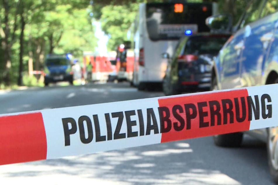 Die Polizeiabsperrung nach dem Vorfall im Stadtteil Kücknitz. Seit knapp zwei Monaten steht ein 34 Jahre alter Mann wegen 48-fachen versuchten Mordes in Lübeck vor Gericht.