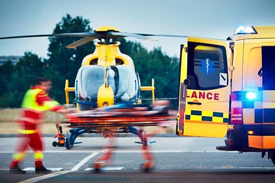 Bei dem schweren Unfall kam der Fahrer, der in den Gegenverkehr fuhr, ums Leben. (Symbolbild)