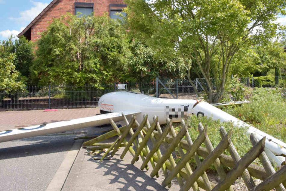 Die Trümmer eines Segelflugzeugs liegen vor einem Haus in Lüneburg.
