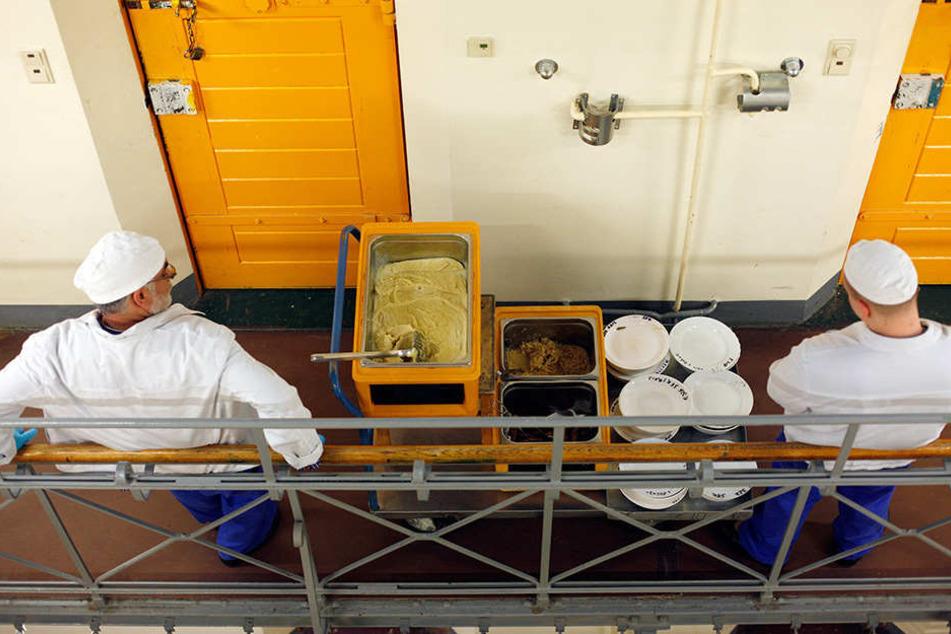 In die Schüsseln gespuckt? Die Anstaltsleitung ermittelt. Geprüft wird sicher  auch, ob es bei der Essensverteilung geschah, wie sie hier in der JVA  Berlin-Moabit zu sehen ist. (Symbolfoto)