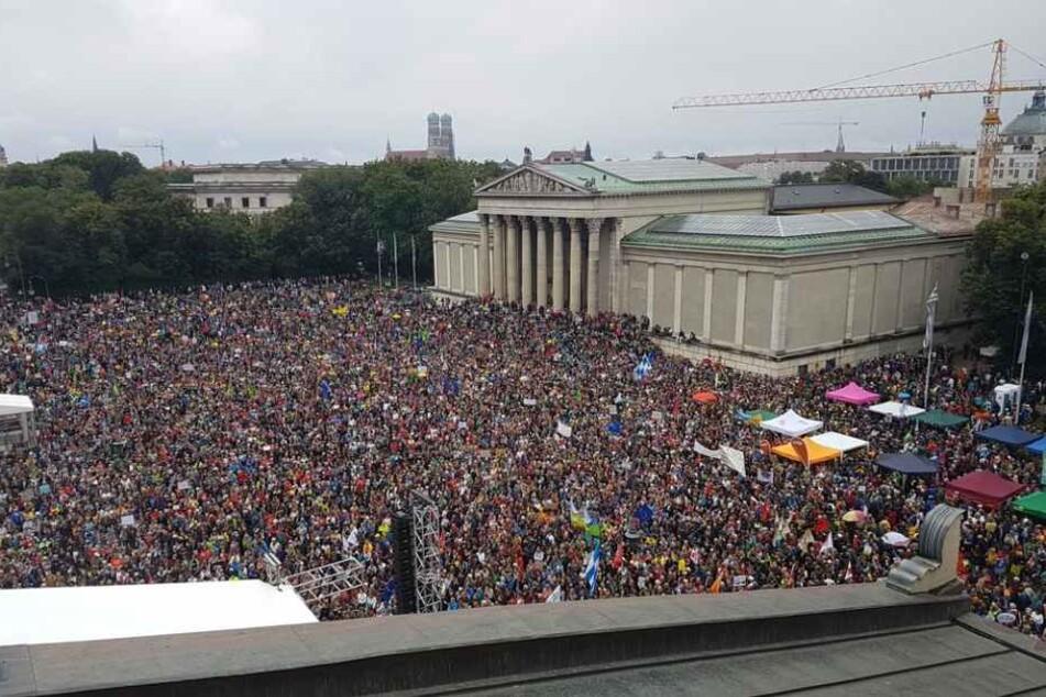 Tausende Demonstranten auf dem Königsplatz in München.