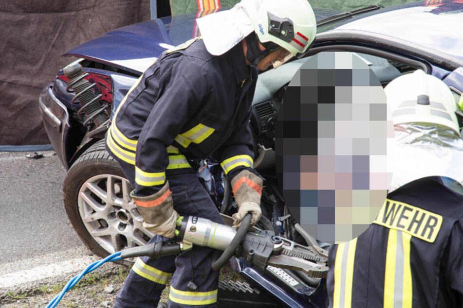 Der Fahrer des VW musste mit schwerem Gerät aus seinem Wagen befreit werden.