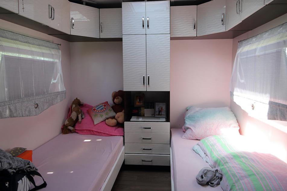 Ein pinkes Schlafzimmer für die Kinder befindet sich ebenfalls in dem Wagen.