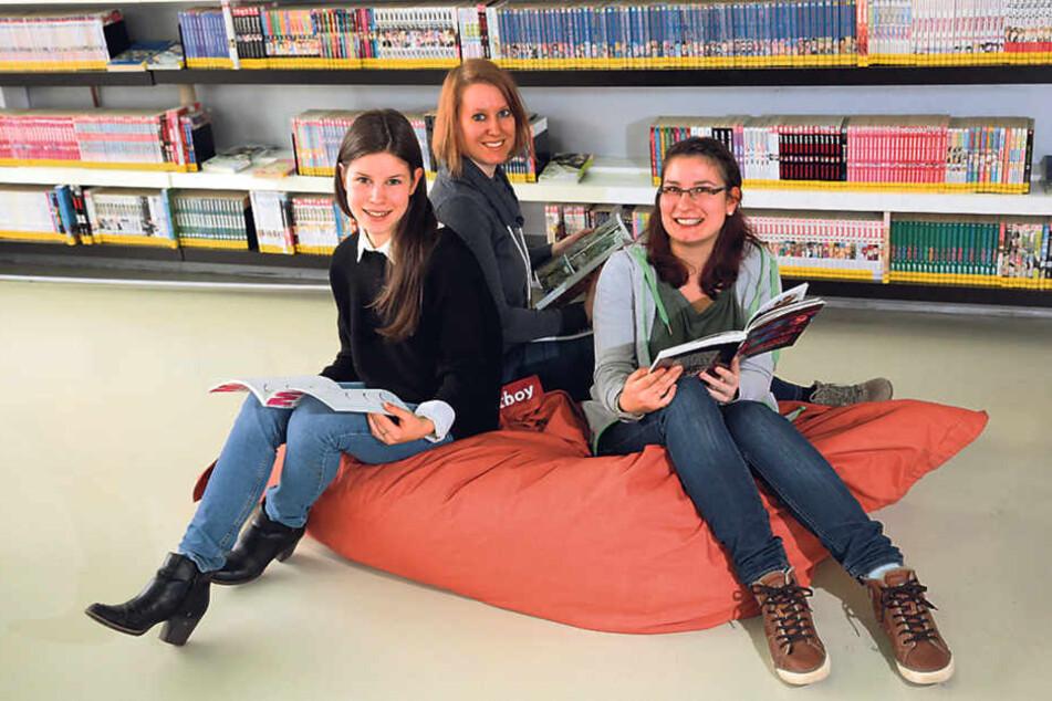 Annabelle Richter (19), Sandra Ulrich (31), und Esther Grellmann (22, v. l.)  arbeiten in der Jugendbibliothek. Das Haus zieht auch in den Kulti um.