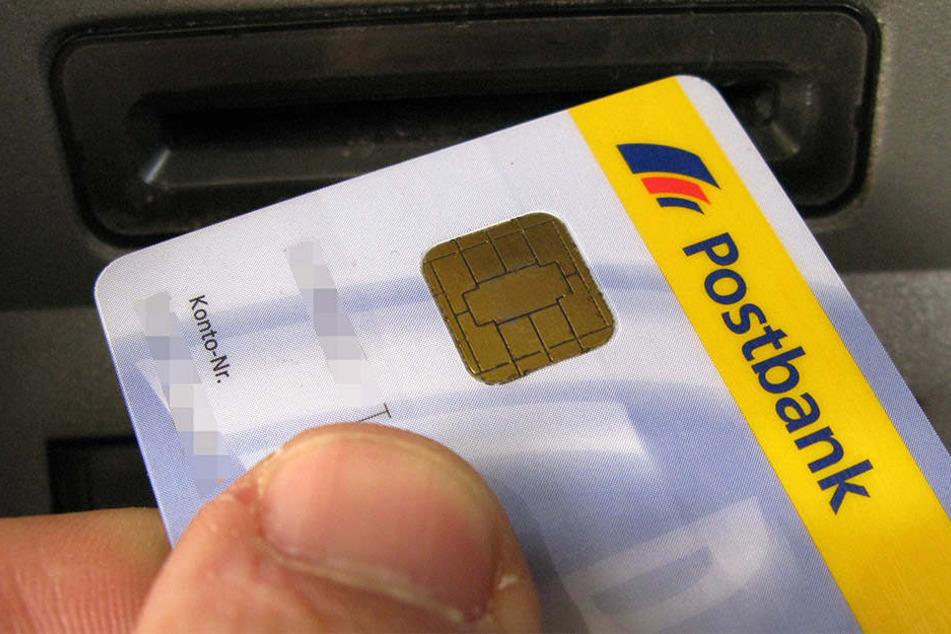 Das Gauner-Pärchen hatte versucht, mit einer gestohlenen EC-Karte zu bezahlen. (Symbolbild)