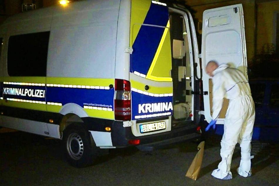 Frau (26) tot in Wohnung gefunden: Polizei fahndet nach 24-Jährigem