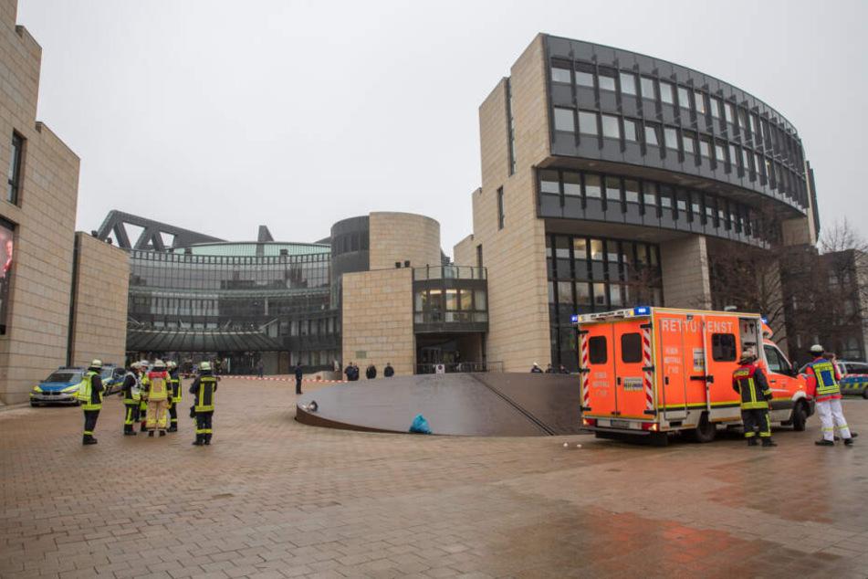 Frau wird am NRW-Landtag mit Flüssigkeit angegriffen