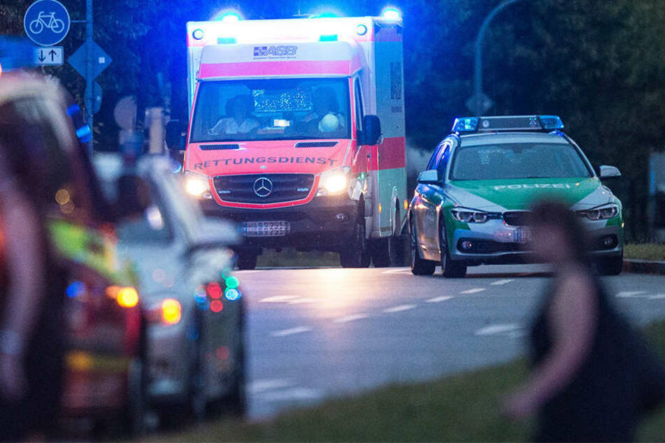 Rettungskräfte brachte den Betrunkenen ins Krankenhaus, wo er den behandelnden Arzt attackierte. (Symbolbild)