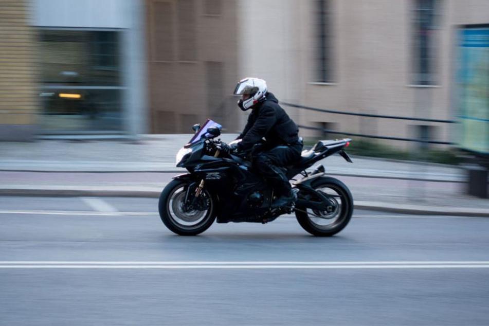 In Bayern ist ein Motorradfahrer mit 221 km/h geblitzt worden. (Symbolbild)