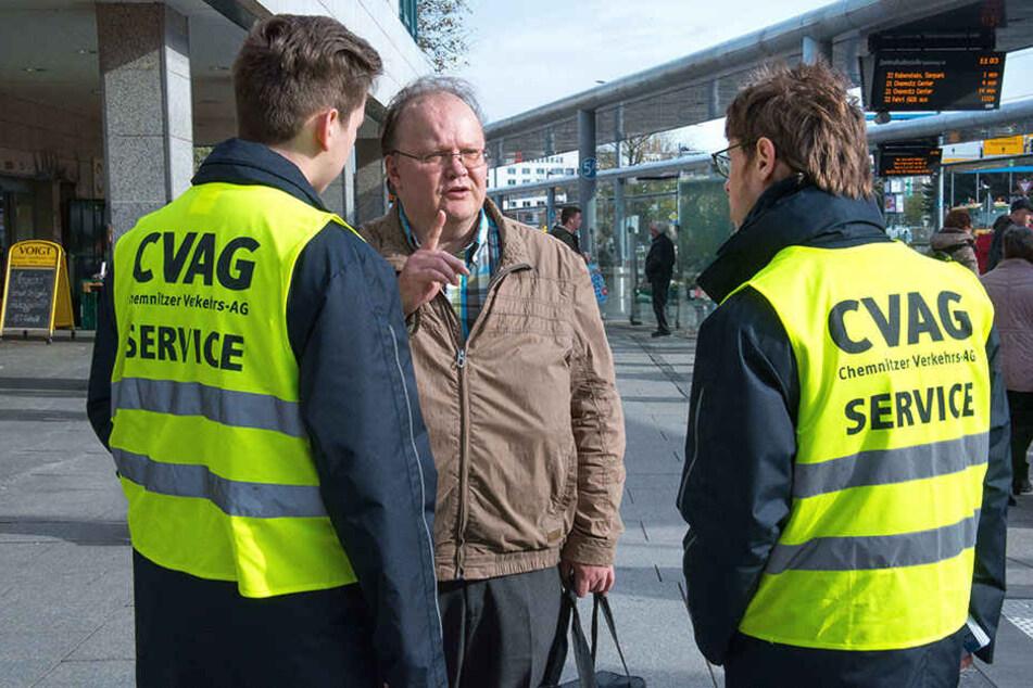 Service: Luca Baumann (l.) und Niklas Wisner erklären dem CVAG-Kunden Frank Seidemann den Weg zum Busbahnsteig.