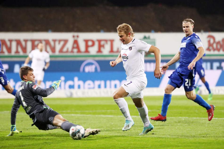 Jan Hochscheidt umkurvte in Karlsruhe KSC-Keeper Benjamin Uphoff und schob zur Auer Führung ein.