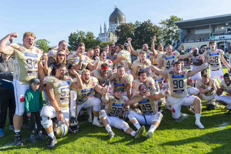 Das Team der Dresden Monarchs feiert ausgelassen seinen Sieg im GFL-Viertelfinale.