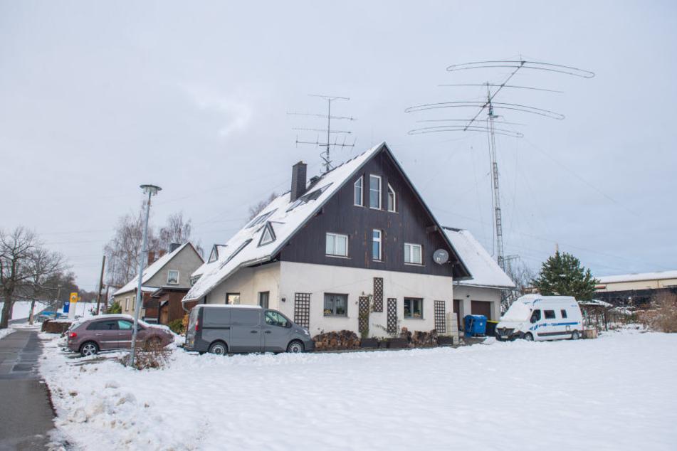Die Antennen auf dem Grundstück sind weithin sichtbar, die Funkwellen strahlen bis zu 10.000 Kilometer weit.