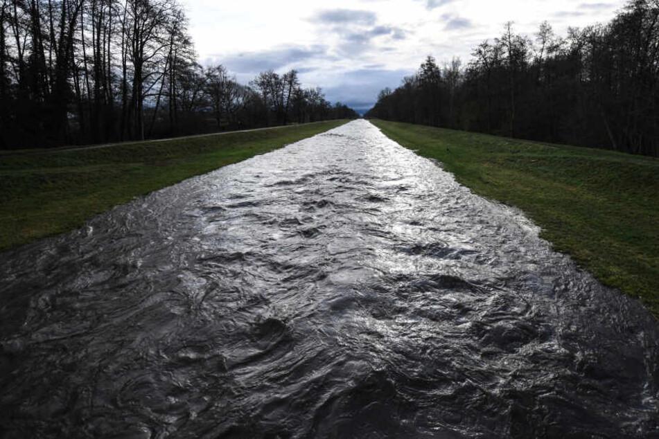 In mehreren Orten in Thüringen erreichen die Flüsse neue Höhen. (Symbolbild)