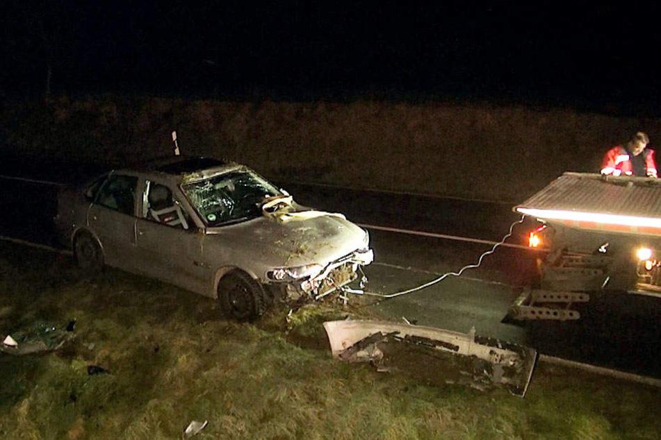 Kurz nach dem ersten Unfall geriet auch ein weiteres Fahrzeuge auf dem Glatteis ins Schleudern.