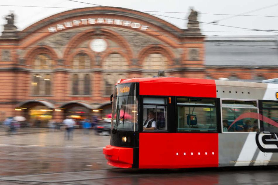 Unfall in Bremen: 23-jähriger Radfahrer gerät unter Straßenbahn