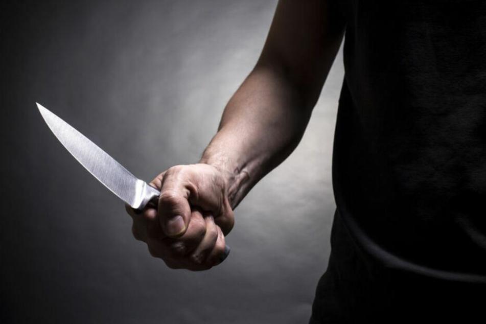 Der 17-Jährige stach zweimal mit einem Messer auf sein Opfer ein. (Symbolbild)