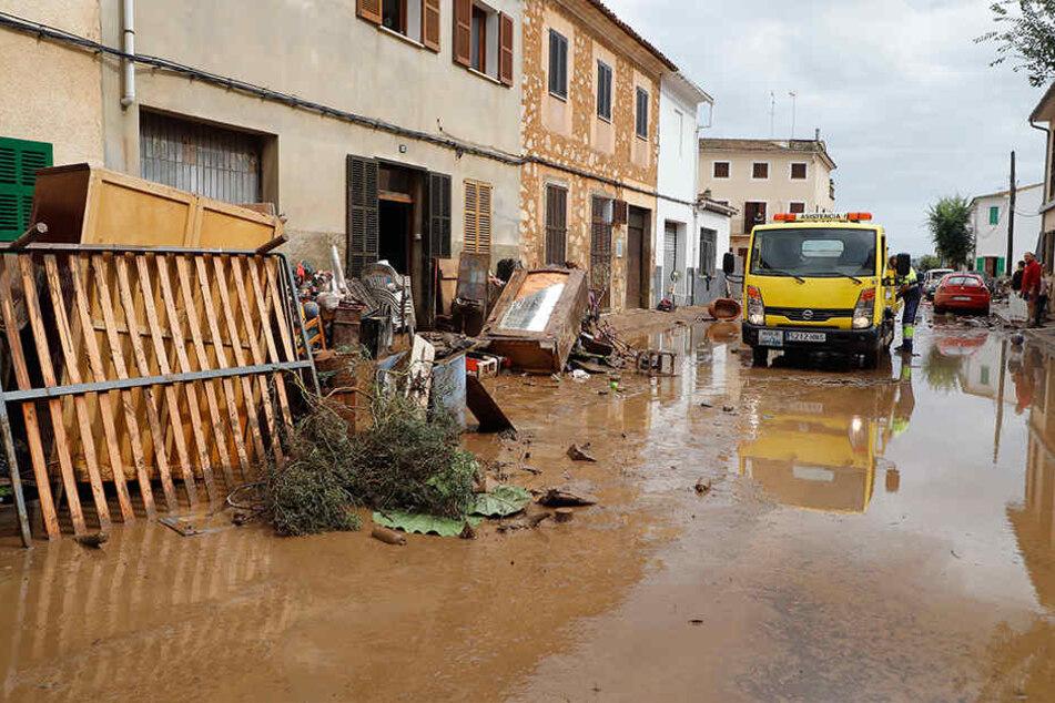 In Sant Llorenc des Cardassar liegen Trümmer nach einem schweren Unwetter an einem Haus.