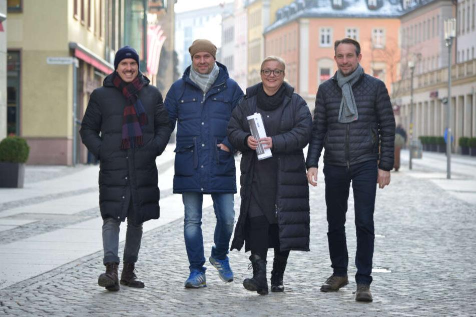 Die Gastwirte Henrik Bonesky (40), Thomas Rothe (43, v.l.) und Thomas Schulze (48, r.) mit Sylvia Stölzel (50) von der CWE auf der Inneren Klosterstraße.