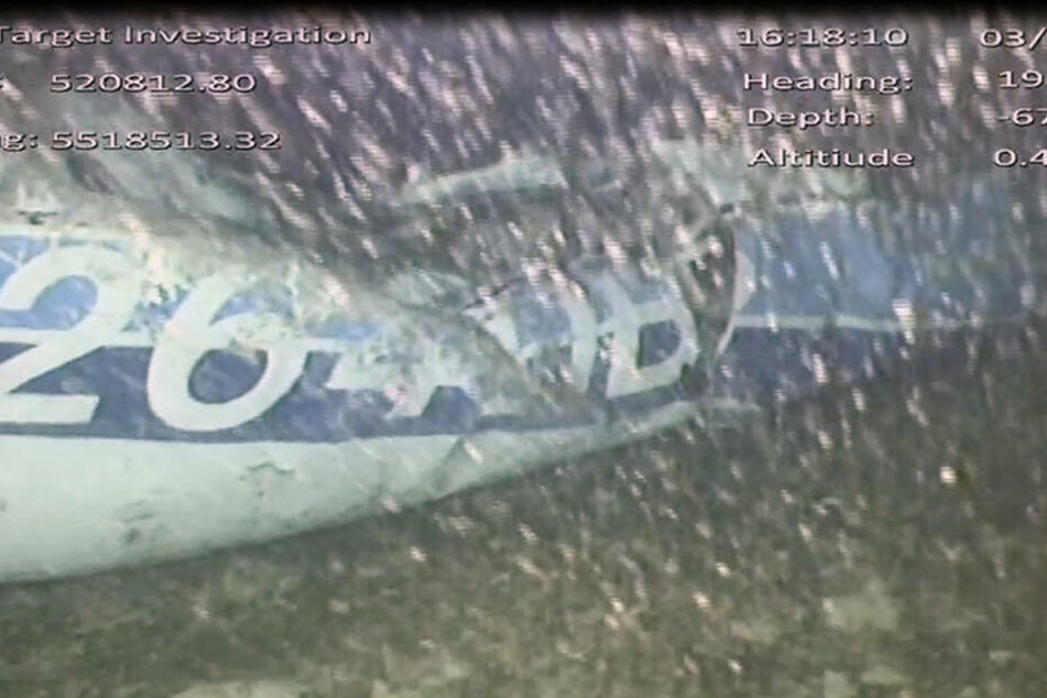 Aufnahmen zeigen ein Flugzeugteil auf dem Meeresgrund. Bei der geborgenen Leiche handelt es sich um Sala.