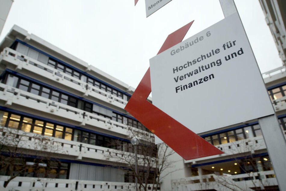 Ein Schild weist auf die Hochschule für öffentliche Verwaltung und Finanzen Ludwigsburg hin. Hier sollen Professoren fragwürdige Zulagen erhalten haben.