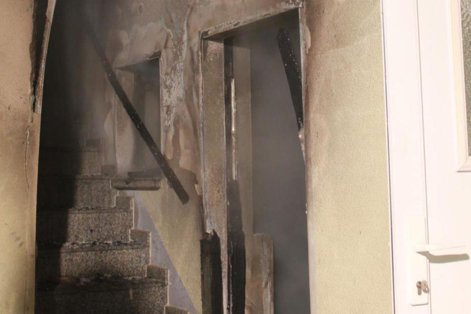 Feuerwehr findet tote Person in brennendem Haus