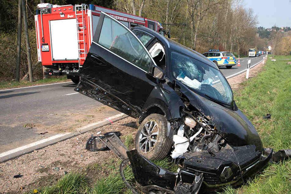 Noch schwerer erwischte es einen Renault. Der Fahrer musste aus seinem Auto befreit werden.