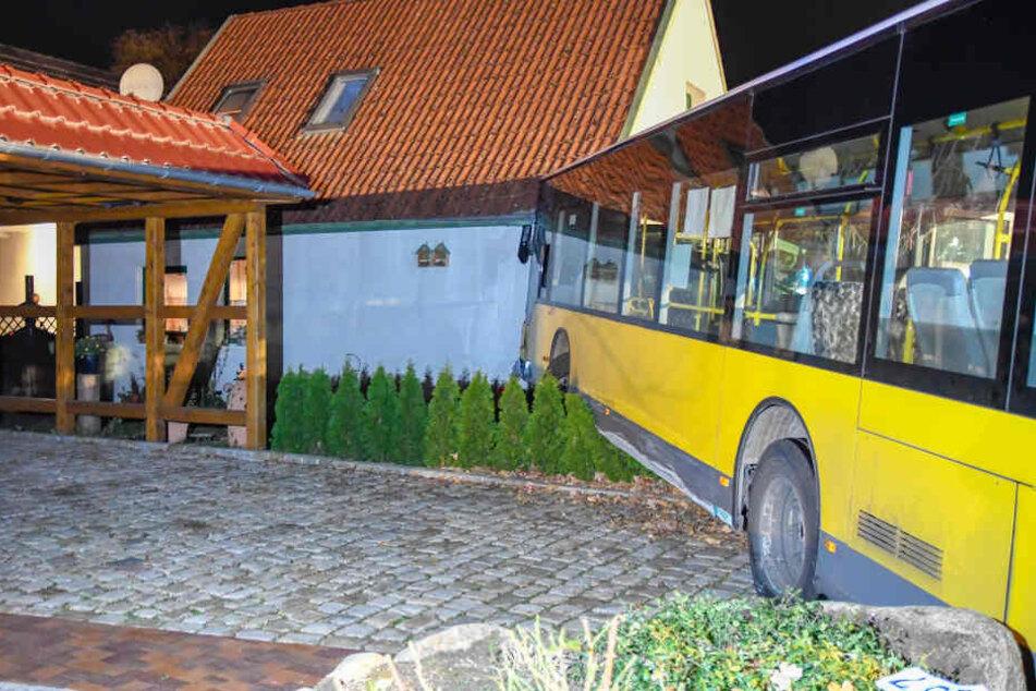 Der Bus rammte das Einfamilienhaus in Großensee.