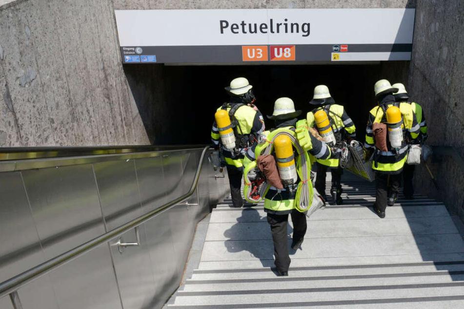 Die Feuerwehr rückte in den abgesperrten Bahnhof Petuelring ein.