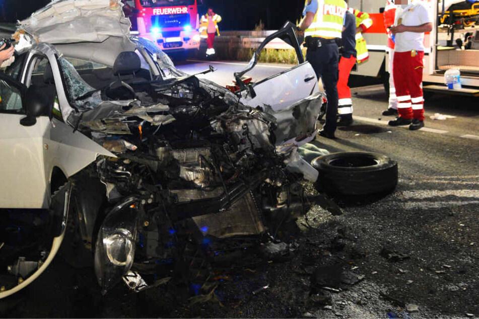 Das Auto prallte mit hoher Geschwindigkeit gegen den Transporter.