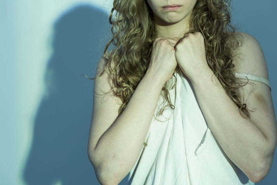Zusammen versuchten die beiden Angeklagten das Mädchen zu vergewaltigen. (Symbolbild)