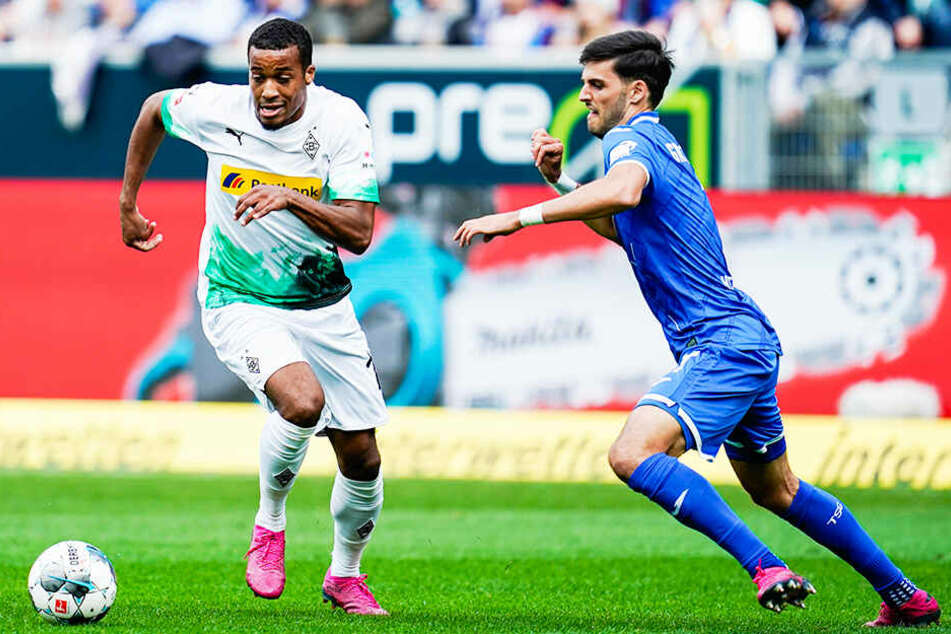 Alassane Plea (l.) wurde zuletzt wieder für die französische Nationalmannschaft nominiert, kam aber nicht zum Einsatz. In der Bundesliga hat er eine starke Quote: Sieben Spiele, vier Tore, vier Vorlagen!