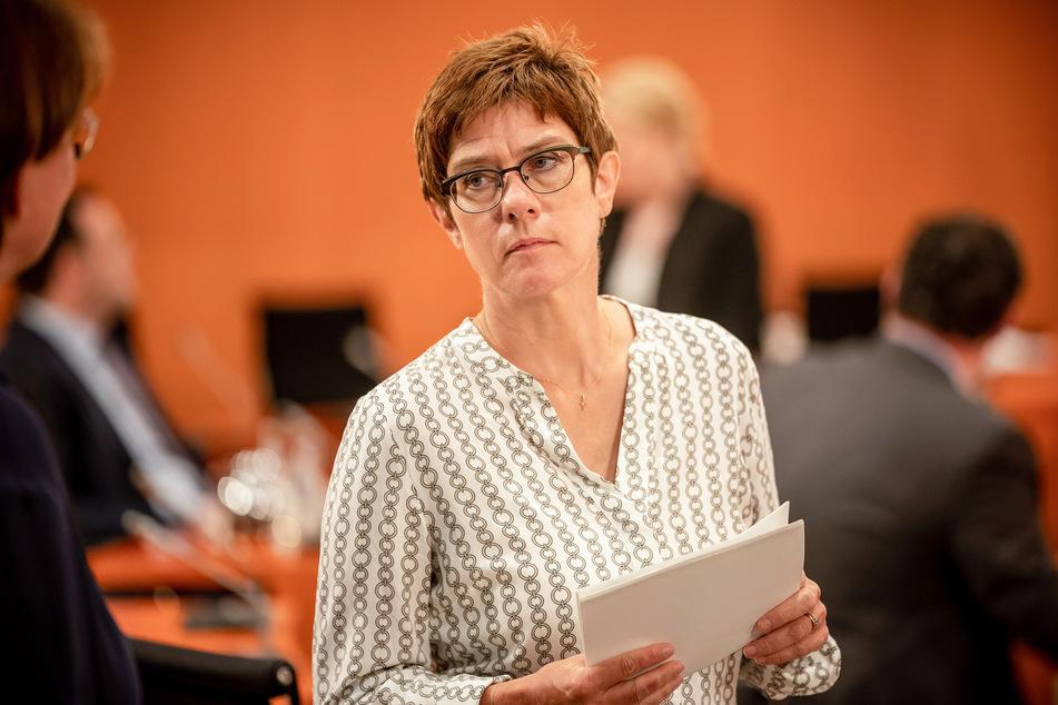 Annegret Kramp-Karrenbauer (CDU), Verteidigungsministerin, wartet auf den Beginn der Sitzung des Bundeskabinetts im Kanzleramt.