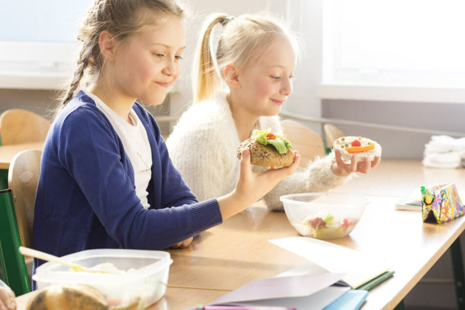 In der Pause können sich Schüler bei einem Mittagessen stärken. (Symbolbild)