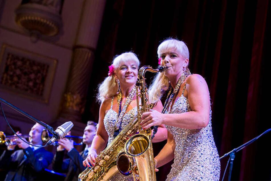Musik, Akrobatik und immer gute Laune halten offenbar die Zwillinge Claudia & Carmen (r., beide 43) jung.