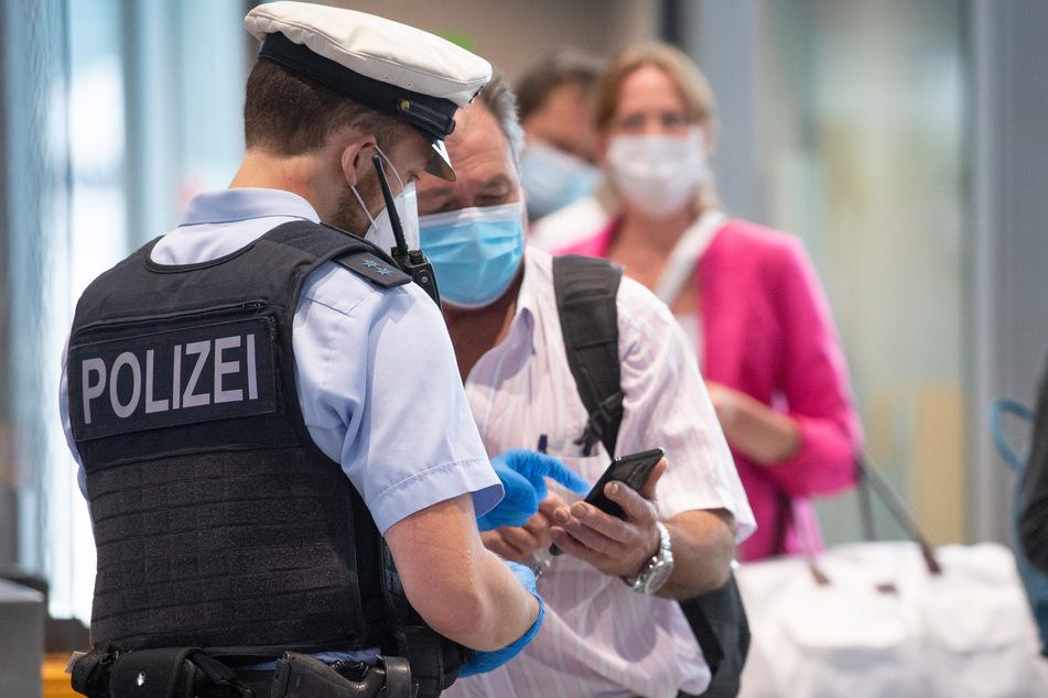 Hessen, Frankfurt/Main: Bundespolizisten kontrollieren auf dem Frankfurter Flughafen Passagiere eines Fluges aus Portugal.