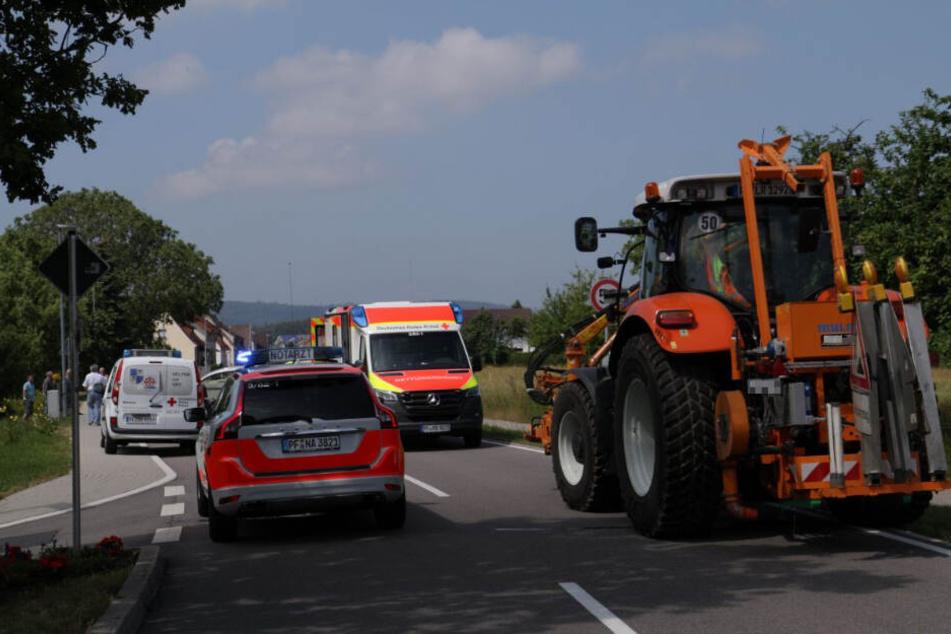 Traktor und Radfahrer knallen zusammen: Rettungshubschrauber kommt