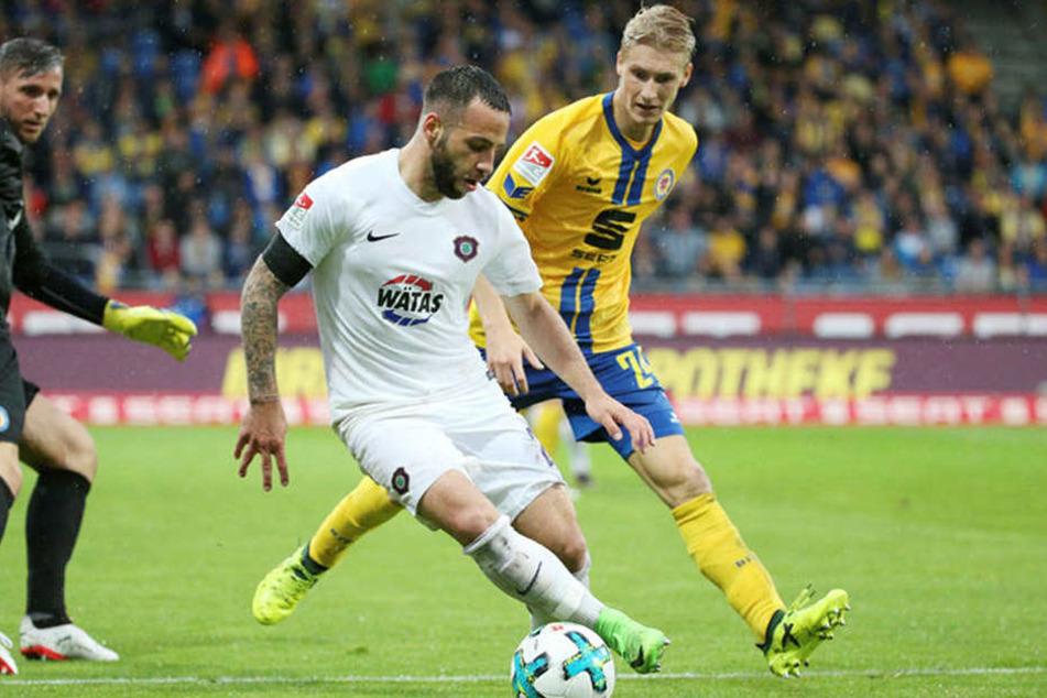 Aues Calogero Rizzuto (v.) gegen Braunschweigs Maximilian Sauer. Die Eintracht ist einer von sechs Zweitligisten, der seine Profis ausgegliedert hat.