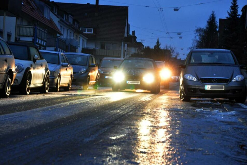 Glatte Straßen am Morgen - kein guter Start in den Arbeitstag. Umso wichtiger: vorsichtig fahren. (Symbolbild)