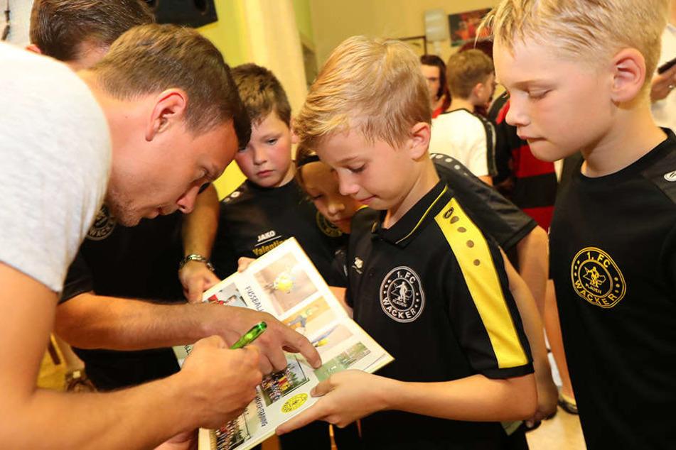 Natürlich holten sich die Knirpse alle ein Autogramm von Chris Löwe. Er unterschrieb nicht nur in Alben, sondern auch auf den Fußballschuhen und Trikots der Kleinen.